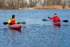 Dwa mężczyzna kayaking na czerwonym kajaku na rzece 03 Obrazy Royalty Free