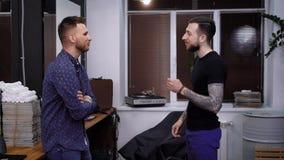 Dwa mężczyzna młody przystojny powitanie each inny z chwianie rękami Starzy męscy przyjaciele ma spotkania i dyskutować ich zbiory