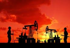 Dwa mężczyzna na polu naftowym z pompą Obrazy Royalty Free
