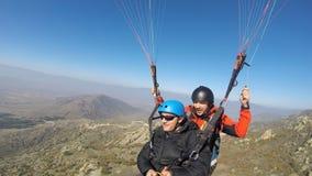 Dwa mężczyzna paragliding nad wzgórzem Obrazy Royalty Free