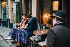 Dwa mężczyzna piją kawę w plenerowej kawiarni, Sztokholm Obraz Stock