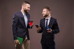 Dwa mężczyzna pije kawę i opowiadać zdjęcia stock