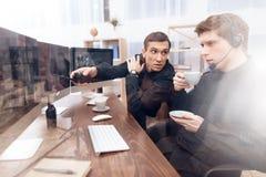 Dwa mężczyzna praca jak strażnicy zdjęcia stock