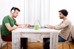 Dwa mężczyzna pracuje w ich ministerstwie spraw wewnętrznych obraz royalty free