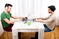 Dwa mężczyzna pracuje w ich ministerstwie spraw wewnętrznych Fotografia Royalty Free