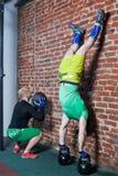 Dwa mężczyzna repforming handstand fotografia royalty free