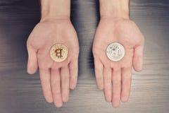 Dwa mężczyzna ` s palmy z bitcoin monetą pojęcia prowadzenia domu posiadanie klucza złoty sięgający niebo zdjęcie royalty free