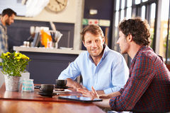 Dwa mężczyzna spotyka przy sklep z kawą fotografia royalty free