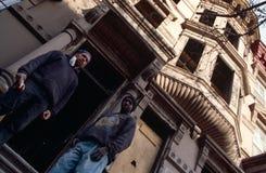 Dwa mężczyzna stoi na krokach budynek, Miasto Nowy Jork obraz stock