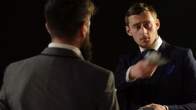 Dwa mężczyzna w kostiumu hrabiowskim pieniądze Cień gospodarka Mężczyzna otrzymywa łapówkę od urzędnika zbiory wideo