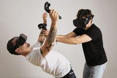 Dwa mężczyzna walczy w VR szkłach obraz stock