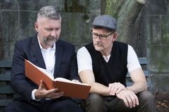 Dwa mężczyzna z książką Zdjęcia Royalty Free