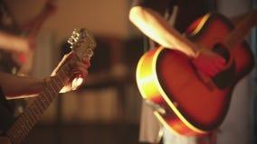 Dwa mężczyzny bawić się gitary przy występem zbiory wideo