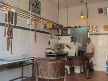Dwa mężczyzny, pracownicy ono uśmiecha się mięsny sklep patrzejący kamerę Grecja Kavala, Sertember, - 10, 2014 obraz royalty free