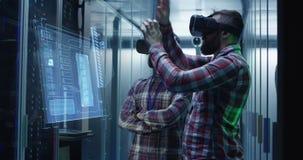 Dwa mężczyzny pracuje w centrum danych zbiory wideo