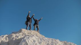 Dwa mężczyzny styl życia turysty wycieczkuje przygoda arywistów wspinają się górę zwolnionego tempa wideo wycieczkowicza odprowad zdjęcie wideo
