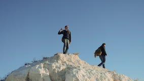 Dwa mężczyzny turysty wycieczkuje przygoda arywistów styl życia wspinają się górę zwolnionego tempa wideo wycieczkowicza odprowad zbiory