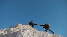 Dwa mężczyzny turysty wycieczkuje przygoda arywistów wspinają się górę zwolnione tempo stylu życia wideo wycieczkowicza odprowadz zdjęcie wideo