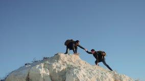 Dwa mężczyzny turysty wycieczkuje przygoda arywistów wspinają się górę zwolnionego tempa wideo wycieczkowicza odprowadzenie iść n zbiory wideo