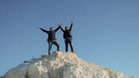 Dwa mężczyzny turysty wycieczkuje przygoda arywistów wspinają się halną sukces rękę wręczać wolność w górę zwolnionego tempa wide zbiory wideo