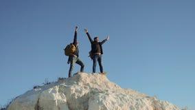 Dwa mężczyzny turysty wycieczkuje przygoda arywistów wspinają się halną sukces rękę wręczać wolność w górę zwolnionego tempa wide zdjęcie wideo