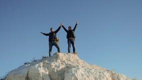 Dwa mężczyzny turysty wycieczkuje przygoda arywistów wspinają się halną sukces rękę wręczać wolność w górę zwolnionego tempa wide zbiory