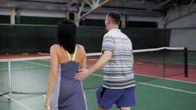 Dwa męski i żeńska tenis drużyna uśmiecha się ręki na sądzie i trząść zdjęcie wideo