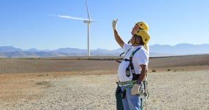 Dwa męski inżynier oddziała wzajemnie z each inny w wiatrowym gospodarstwie rolnym 4k zbiory