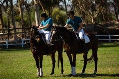 Dwa męskich dżokejów jeździecki koń Fotografia Royalty Free