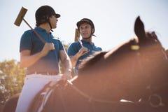 Dwa męskich dżokejów jeździecki koń w rancho Obraz Stock
