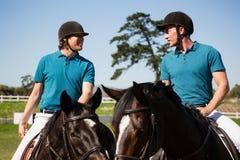 Dwa męskich dżokejów jeździecki koń w rancho Zdjęcie Stock