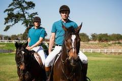 Dwa męskich dżokejów jeździecki koń w rancho Obrazy Royalty Free