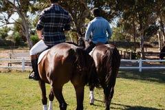 Dwa męskich przyjaciół jeździecki koń w rancho Obrazy Royalty Free