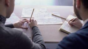 Dwa męskiego architekta pracują wpólnie w biurze zbiory