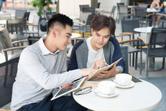 Dwa męskiego ucznia uczenie lub przedsiębiorca pracuje wpólnie Obraz Stock
