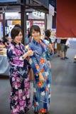 Dwa młoda kobieta jest ubranym japońskiego tradycyjnego kimono cieszy się przespacerowanie fotografia royalty free