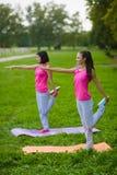 Dwa młoda kobieta robi gimnastycznym ćwiczeniom plenerowym Obrazy Stock
