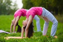 Dwa młoda kobieta robi gimnastycznym ćwiczeniom plenerowym Obraz Royalty Free