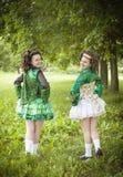 Dwa młoda piękna dziewczyna w irlandzkiego tana smokingowy pozować plenerowy fotografia royalty free