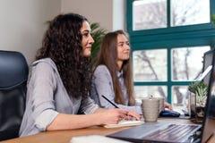 Dwa młodego żeńskiego urzędnika słuchają instrukcje ich szef biznes koncepcji sukces piękni potomstwa obraz stock