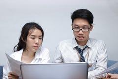 Dwa młodego Azjatyckiego ludzie biznesu pracuje z laptopem wpólnie w nowożytnym biurze Drużynowy praca biznesu pojęcie Selekcyjna Zdjęcia Royalty Free