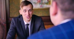Dwa młodego biznesmena podpisują kontrakt Partner biznesowy, inwestor, tranzakcja, negocjuje, dyskutuje, cryptocurrency, biuro zdjęcie wideo