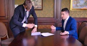 Dwa młodego biznesmena podpisują kontrakt, przeklinają, krzyczą, walczą, Biuro, nerwy, drzejąca transakcja, nieodpowiedni warunki zbiory
