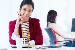 Dwa młodego bizneswomanu pracuje w jej biurze Obraz Stock