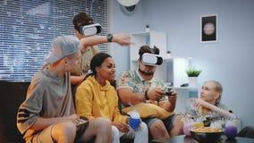 Dwa młodego człowieka bawić się grę online w rzeczywistość wirtualna szkłach, jeden facet wygrywają bitwę zbiory