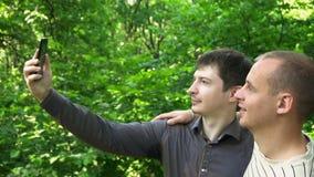 Dwa młodego człowieka biorą selfie w lesie zdjęcie wideo