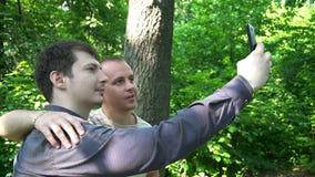 Dwa młodego człowieka biorą selfie w lesie zbiory