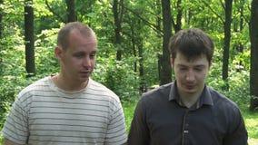 Dwa młodego człowieka iść przez opowiadać i drewien zdjęcie wideo