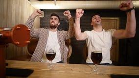 Dwa młodego człowieka przyjaciela siedzi w prętowym i opowiada z each inny podczas gdy pijący piwo zdjęcie wideo