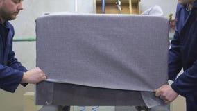 Dwa młodego człowieka w meblarskiej fabryce stawiają wpólnie jeden część kanapa zbiory wideo